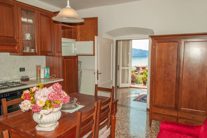Apartment in historic building with lake view - Riva di Solto - Huis