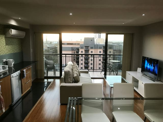 Private room in a modern CBD apartment + Parking - East Perth - Appartamento