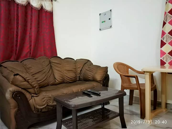 Pleasant 1BHK. 20mins Airport. AC/TV/WiFi/KITCHEN.