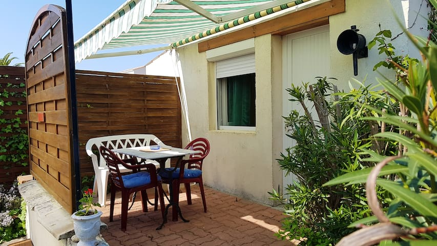 Studio in Le Grand-Village-Plage, with enclosed garden and WiFi - 1 km from the beach