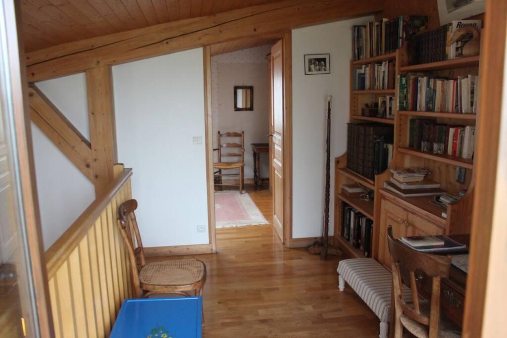 la mezzanine, sa bibliothèque et l'entrée de la chambre