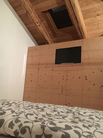 TV LCD incorporato nella parete armadio