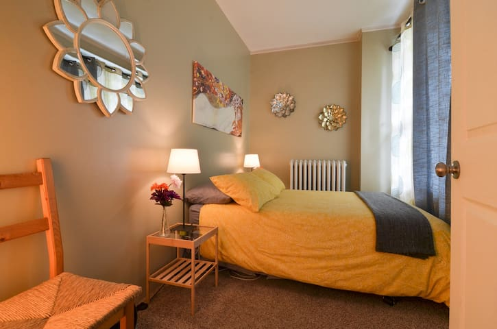 Flower Lady Full Bedroom, 10 min drive to downtown