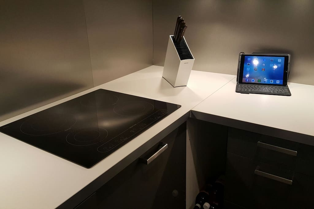 The induction-cookplate, knifeholder and an IPad making it easy to follow those difficult recipes.