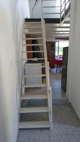 escalier assez raide menant à la chambre