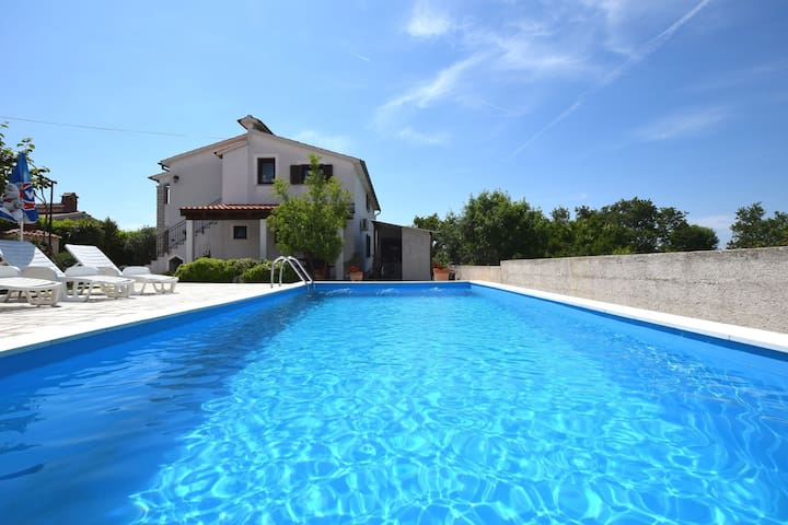 Cozy apartment, pool with deckchairs, fenced garden with grill, wifi and airco