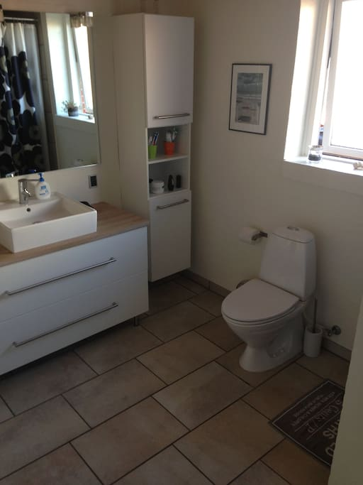 Eget badeværelse med kar og brus.