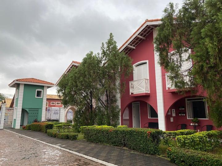 Casa descolada e charmosa em condomínio fechado