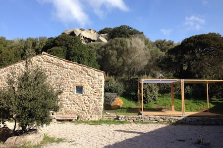 small country cottage, 5 minute drive to the beach - Santa Teresa di Gallura - House