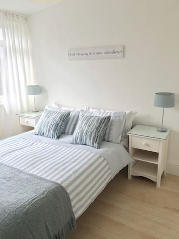 Light, Clean & Comfy Double Room - Frimley - 단독주택