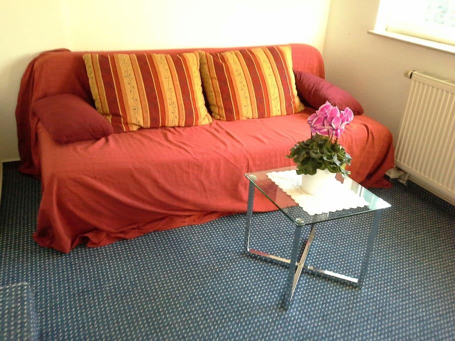kleines Zimmer mit Sitzecke