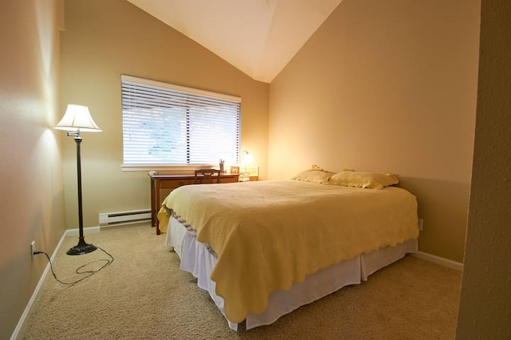 Cozy top floor room near Portland - Clackamas - Apartamento