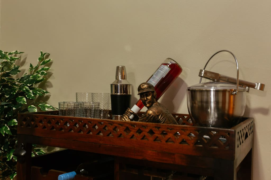Bar cart in full dining room, with full dining room table that seats 6