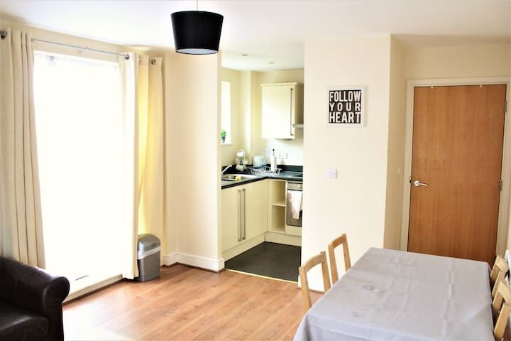 (BAIL1)2 Bed 6 sleeper flat next to station Zone 2
