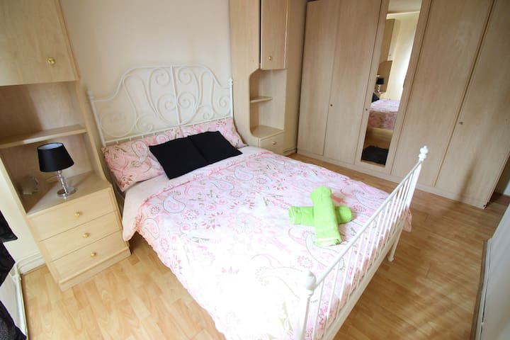(KIL-C)PRIVATE ROOM FOR 2 PEOPLE NEAR CANARY WHARF - London - Apartemen