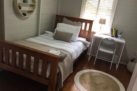 Queenslander Cottage - Railway Estate - Talo