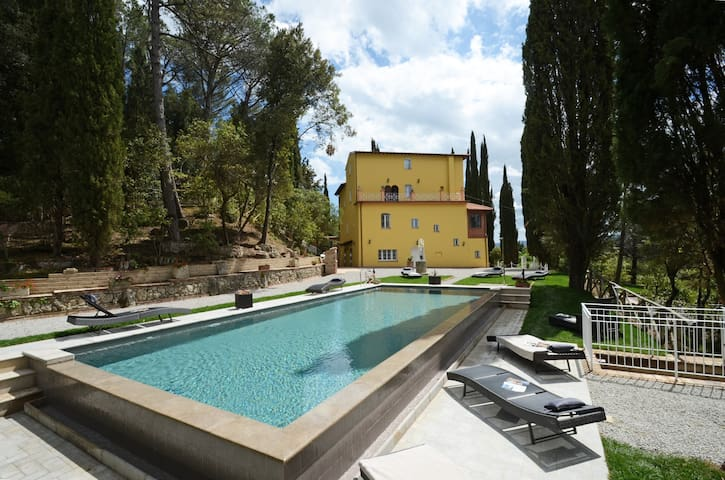 Private Tuscan villa with infinity pool and church