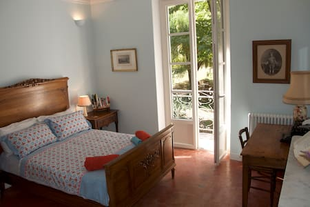 Beautiful period room in 19thC lodge with pool - Saignon
