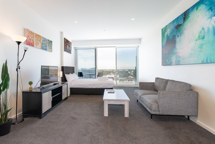 CBD Deluxe Studio Penthouse with Square View #2