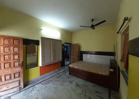Cheerful 2 BHK independent floor with private Entrance for the travelers with all the necessary Amenities.  We would love to host you.