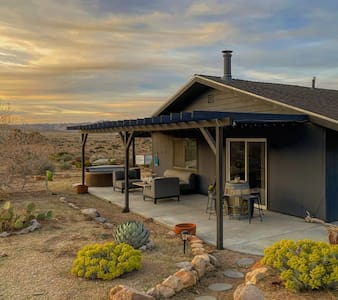 The Pioneer House - Desert Modern on the park