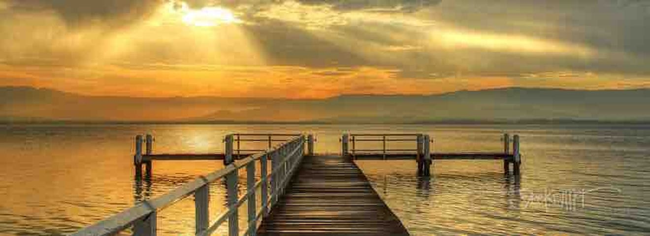 Local Places : Wine Cheese & watching stunning  sunsets over Lake Illawarra : 2 mins away