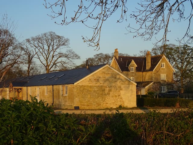 Warm, comfortable, spacious,  converted dairy - Manston - Guesthouse