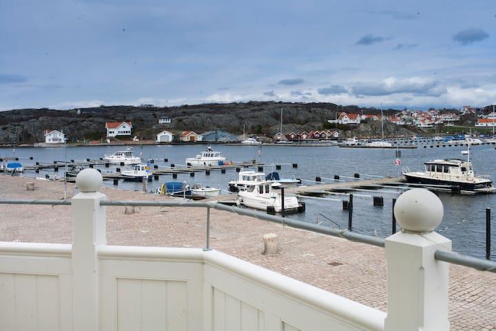 Rum på Marstrand med havsutsikt vid kajen