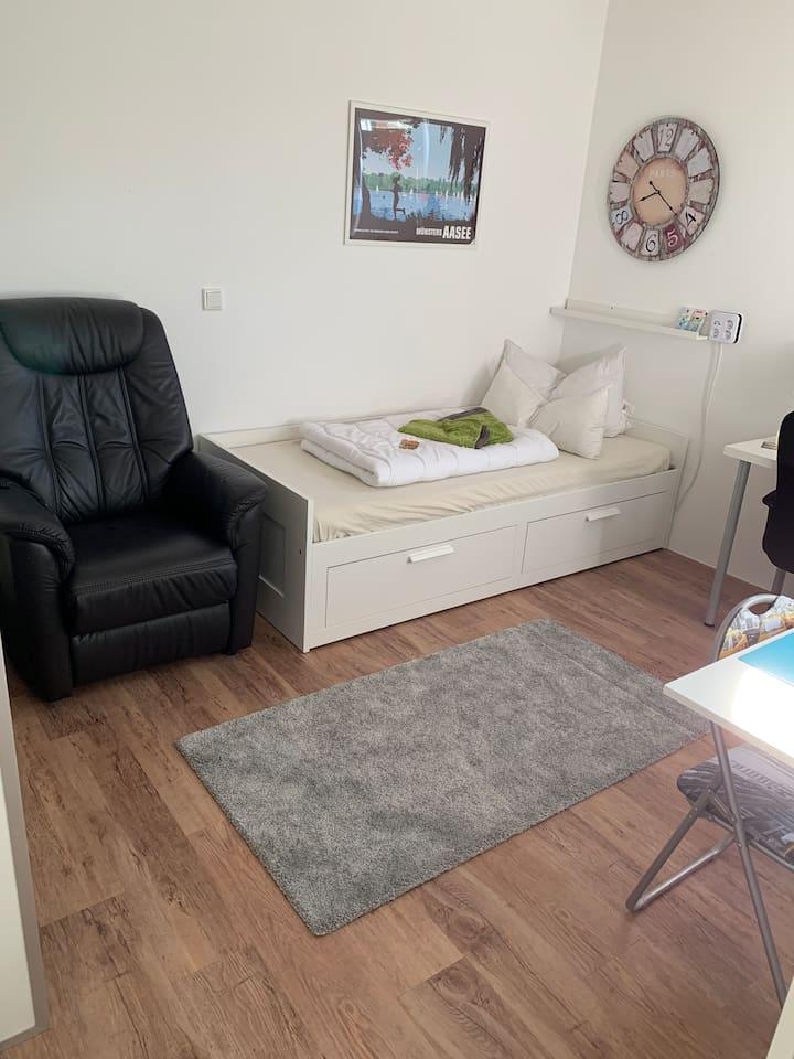 Zimmer wahlweise mit einem Bett oder Doppelbett zwei Matratzen 2 m mal 1.60 m.