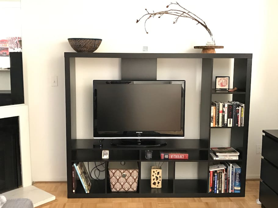 Enjoy Netflix on a 40' TV and books about Hollywood folks!