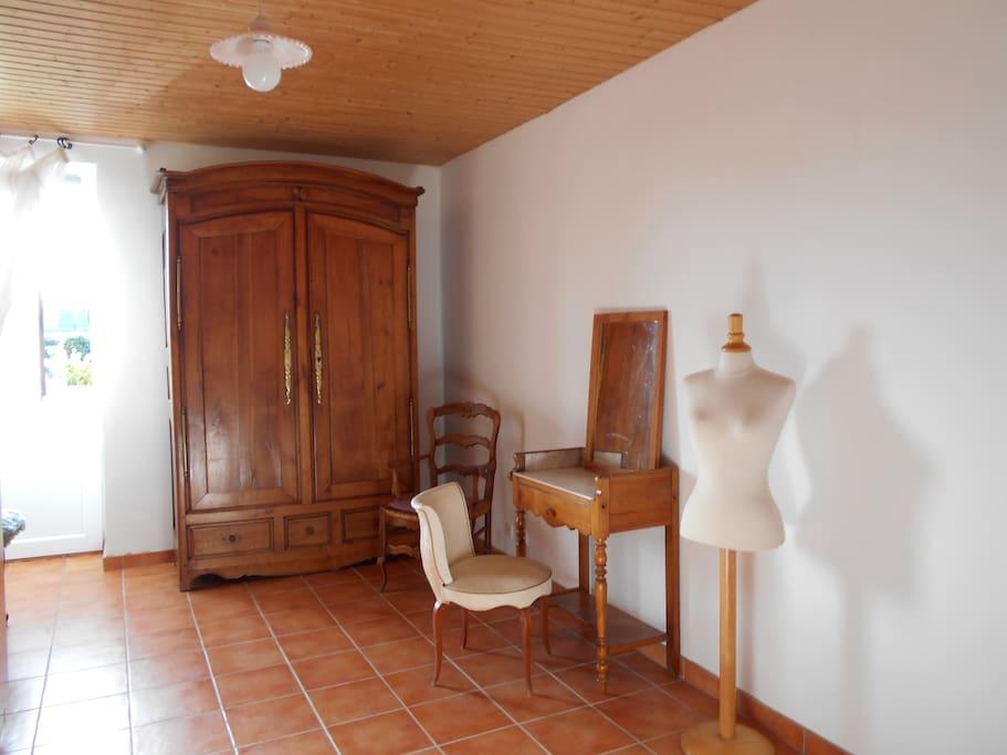 chambre claire avec porte fermière