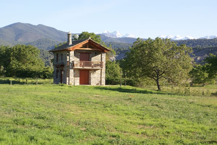 Preciosa casa con jardín junto al río en Aínsa