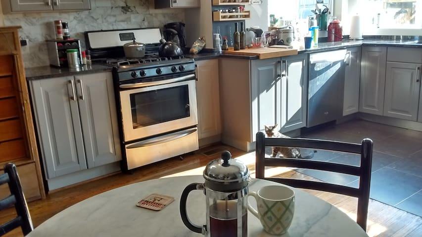 Full kitchen, gas range, refrigerator
