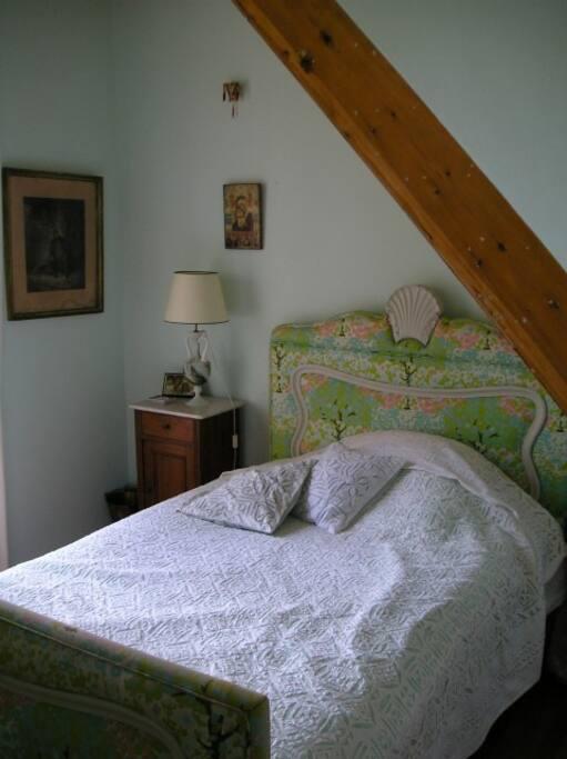 Zimmer mit französischem Bett und Meerblick