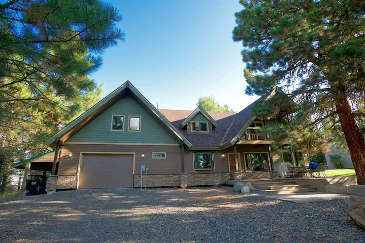 Lazy Deer Landing - Pet-Friendly, Dueling Tubs & Fireplace in Master Bath, BBQ, Games, Walk to Town