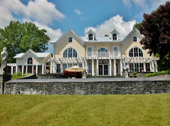 Elegant 5BR Estate on Hudson River - Athens - Villa