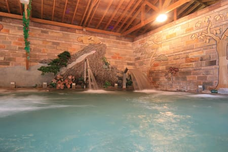 庐山温泉双人温泉套房,可享受免费的温泉游泳池泡汤设施、温泉鱼,邻近清境农场、奥万大、合欢山知名景点 - Ren'ai Township