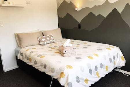 Cosy queen private room with Free Breakfast