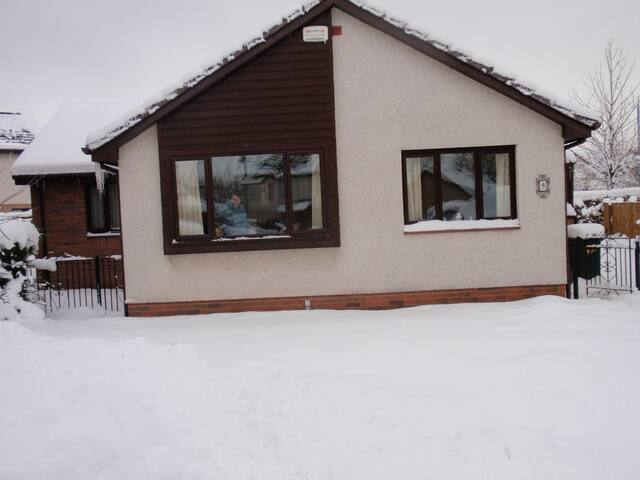 Comfy retreat 10miles to city - Uddingston - Bungalow