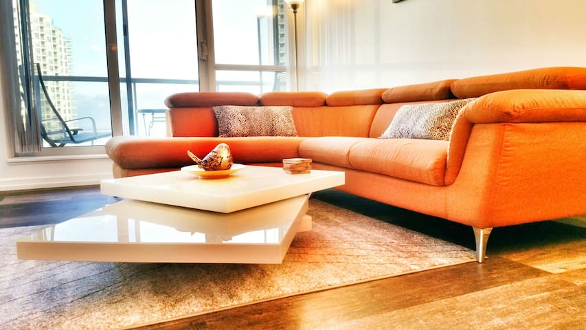 Modern Waterfront 2BR Suite + Balcony Harbourfront