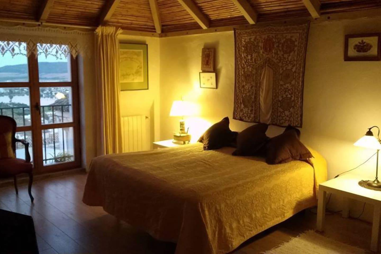 Esta habitación es la más amplia y con las mejores vistas, tiene una cama matrimonial y una cama simple. Una terraza con hermosas vistas y todas las habitaciones del hotel pueden acceder a la piscina de agua salada.