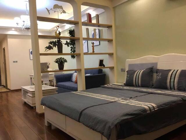 枫桥夜泊现在居屋,超大空间,落地窗,房间干净整洁,配有舒适的大床。相信旅途劳顿的您一定会舒舒服服睡个好觉。为