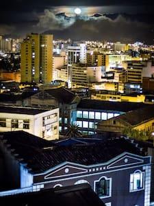 """Habitación en San Juan Casa """"EL LUGAR"""" - Quito"""