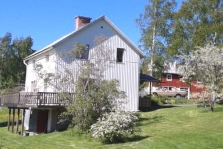 Hus, 2 km från havet mitt i vackra Höga Kusten.