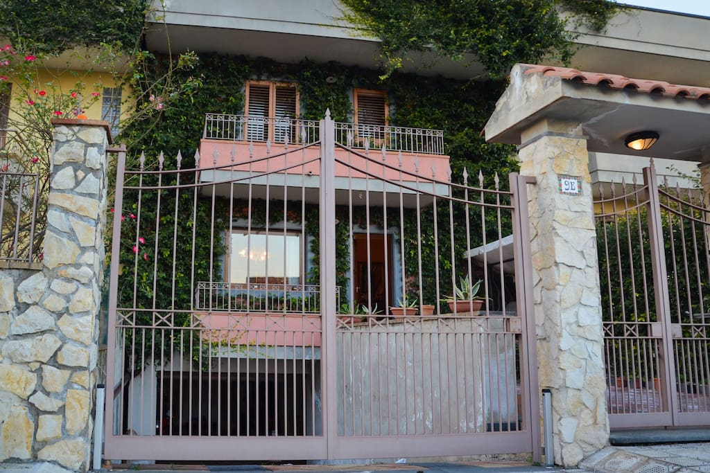 A view from the street of VILLA ANNALISA - SUNTRIPSICILY COM