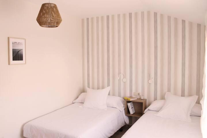 Habitación con camas individuales, cuenta con baño justo al lado