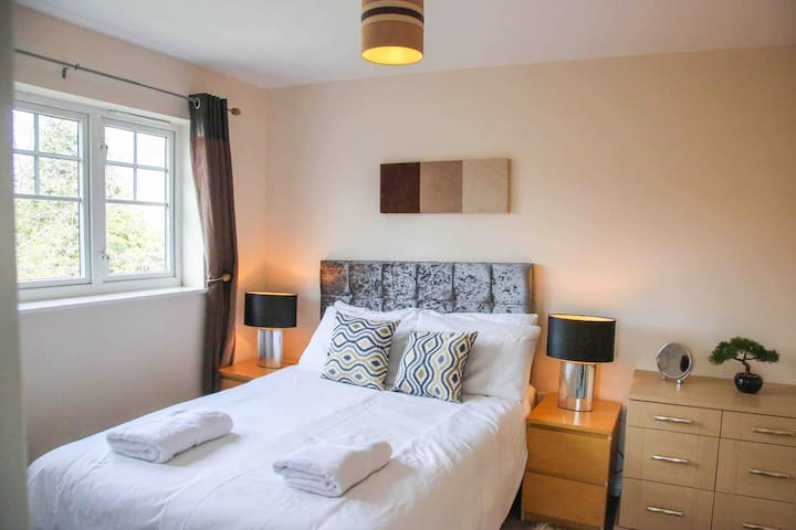 Sleeps 8 - Parking, WiFi, nr City, Netflix, garden