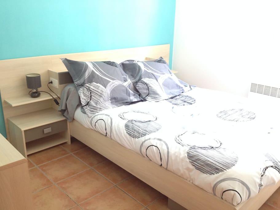 Chambre n°1 avec lit double et commode. Le linge de lit peut être d'un modèle différent selon disponibilité.
