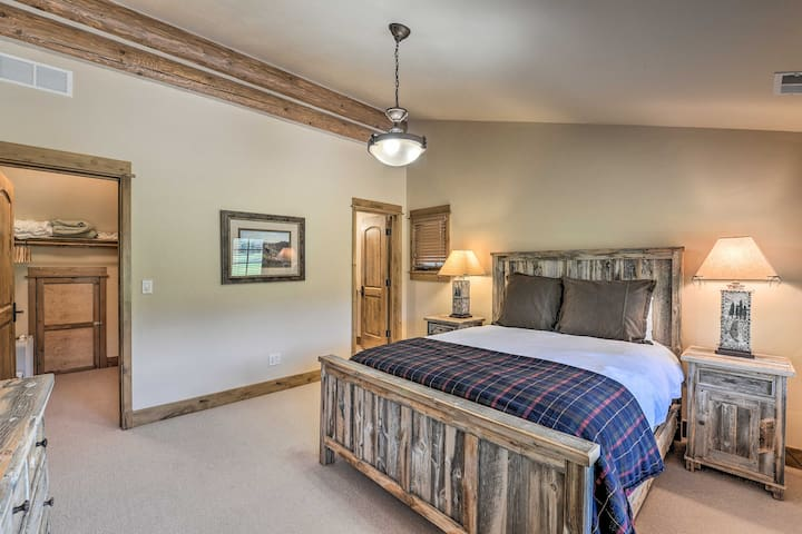 Comfortable 2nd bedroom with queen bed.