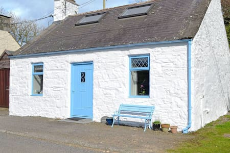 Delightful cosy cottage in quiet coastal village